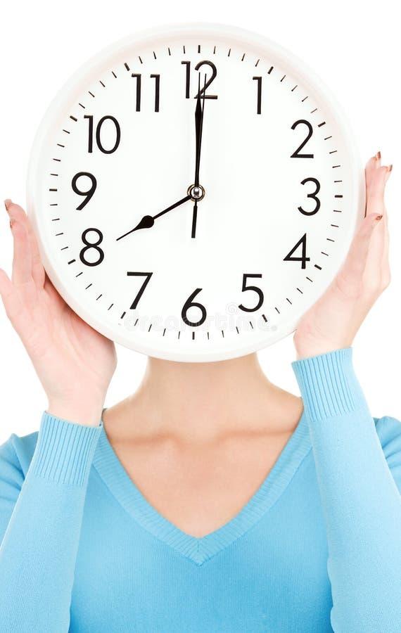 Femme avec le grand visage de revêtement d'horloge photos stock