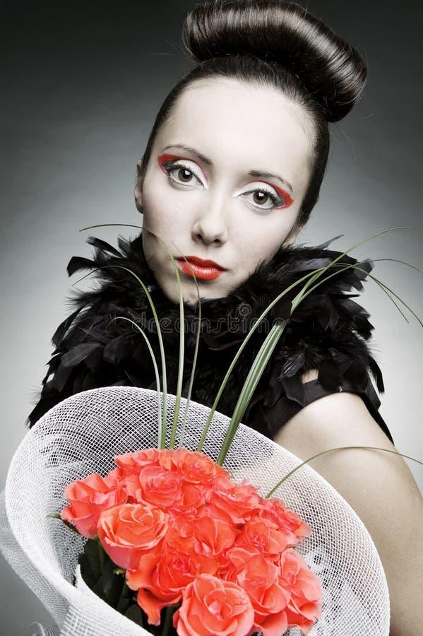 Femme avec le groupe de roses photos stock