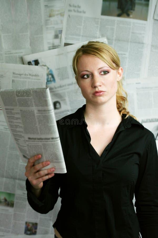 femme avec le journal photos stock