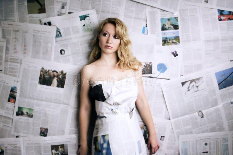 femme avec le journal image stock