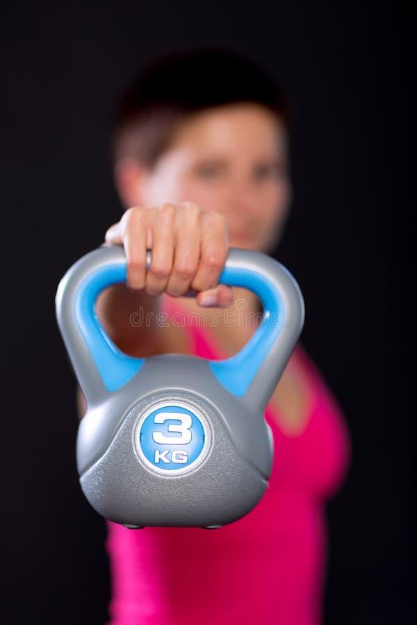 Femme avec le kettlebell images stock