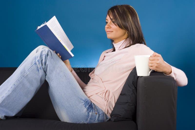Femme avec le livre images stock