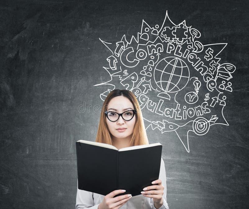 Femme avec le livre et le croquis de conformité images stock