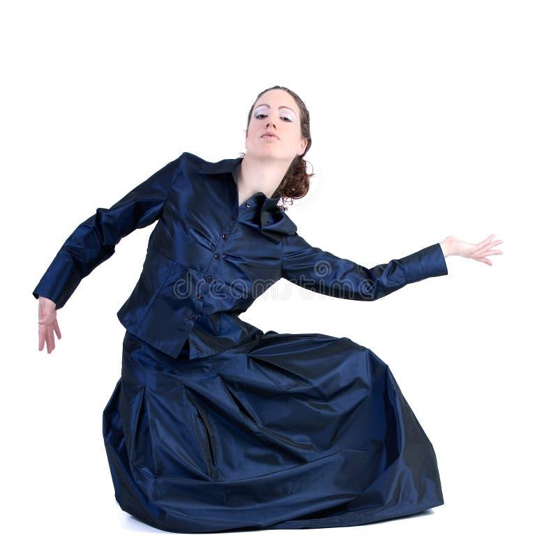 Femme avec le long cheveu bouclé posant dans une robe de gala photo libre de droits