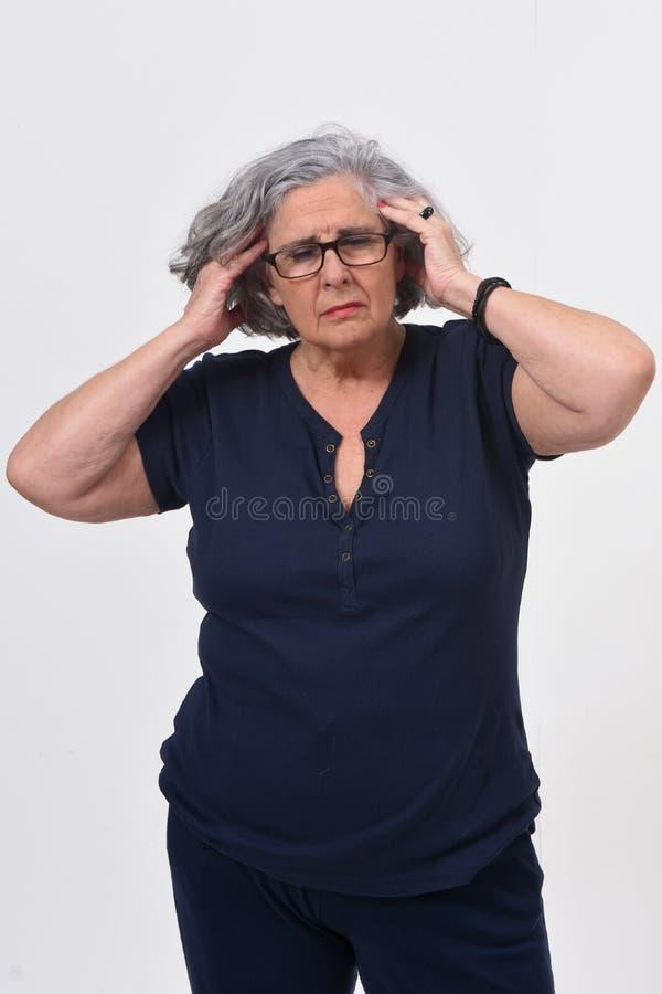 Femme avec le mal de t?te sur le fond blanc image stock