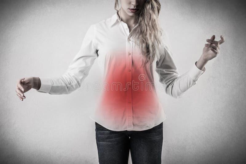 Femme avec le mal de ventre photos stock