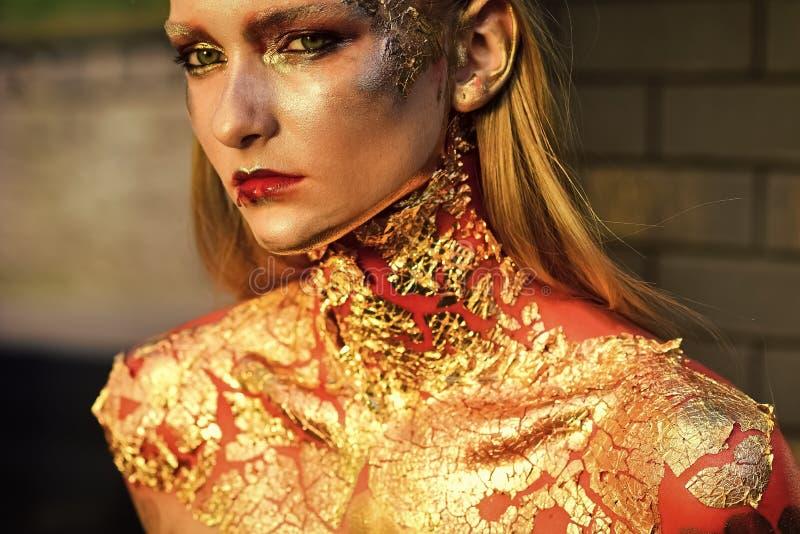 Femme avec le maquillage d'imagination, art de corps créatif Portrait de mode d'une fille sexy sensuelle Halloween composent, vis photographie stock libre de droits