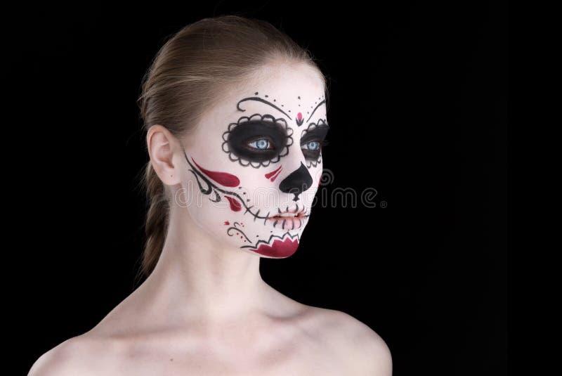 Femme avec le maquillage de dia de los muertos, l'espace vide noir image stock
