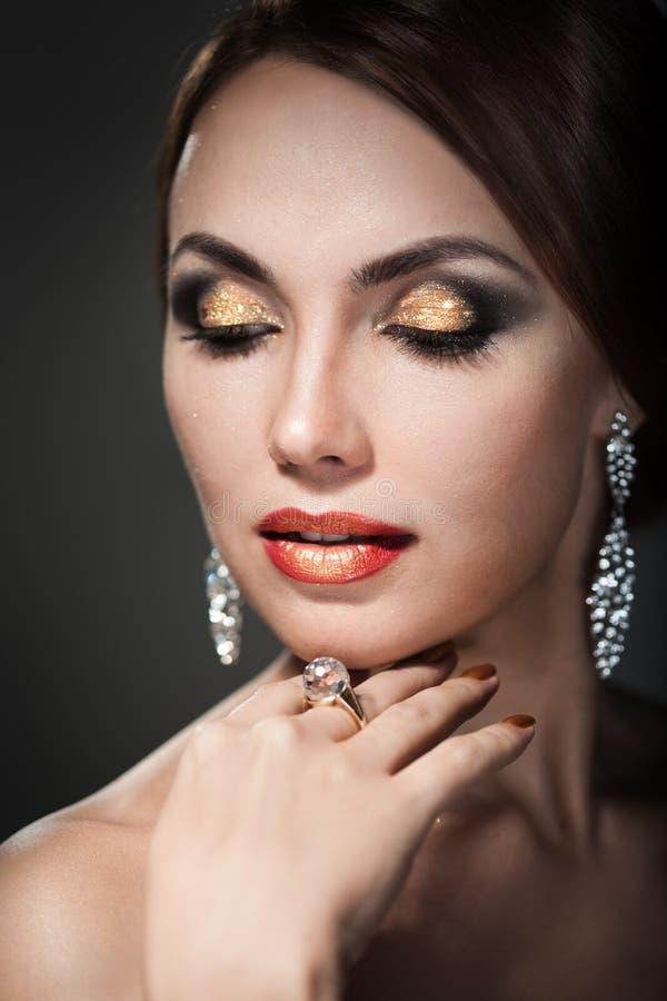 Femme avec le maquillage lumineux photographie stock
