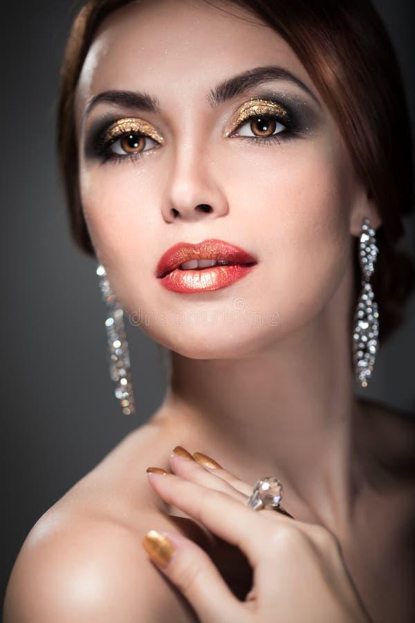 Femme avec le maquillage lumineux images stock