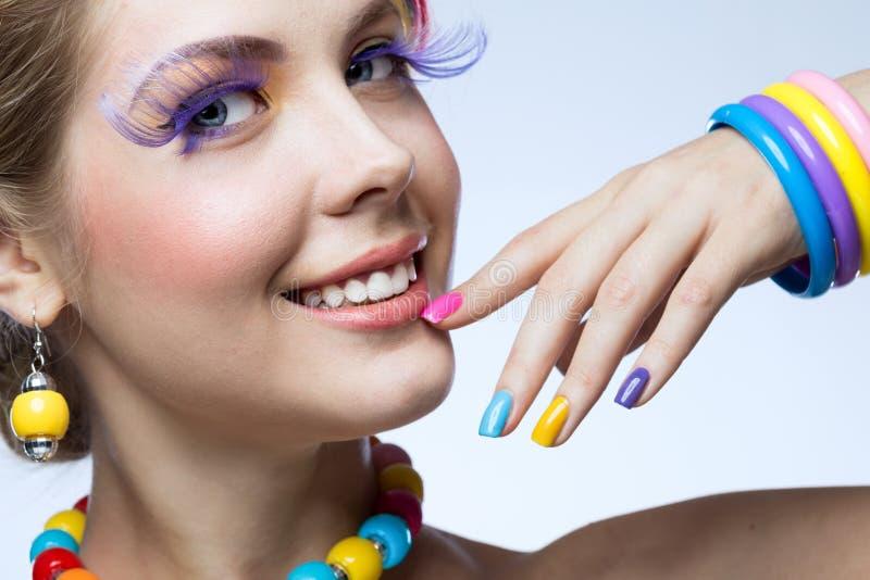 Femme avec le maquillage lumineux image stock