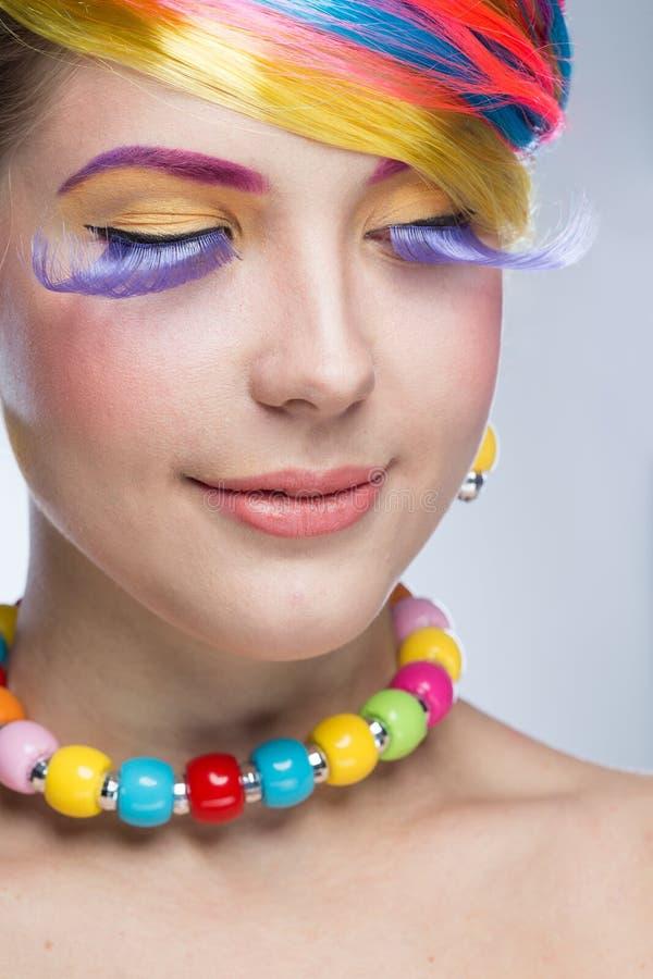 Femme avec le maquillage lumineux photo stock