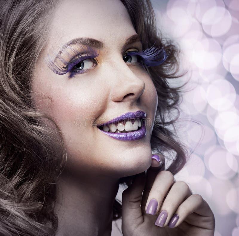 Femme avec le maquillage lumineux photographie stock libre de droits