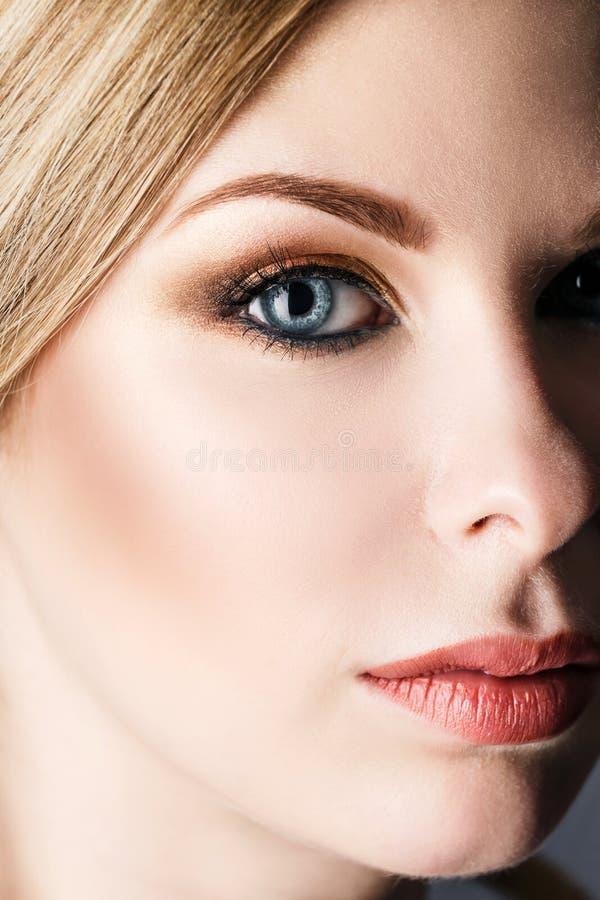 Femme avec le maquillage lumineux de soirée photo libre de droits