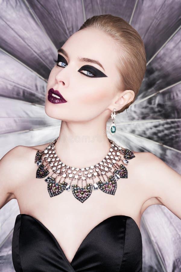 Femme avec le maquillage lumineux et avec des bijoux d'ensemble image libre de droits