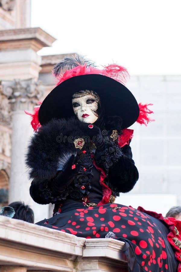 Femme avec le masque blanc et le chapeau noir, carnaval, Venise, Italie images stock
