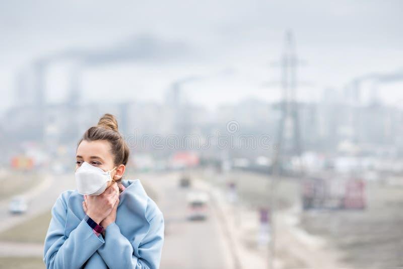 Femme avec le masque dans la ville photo stock