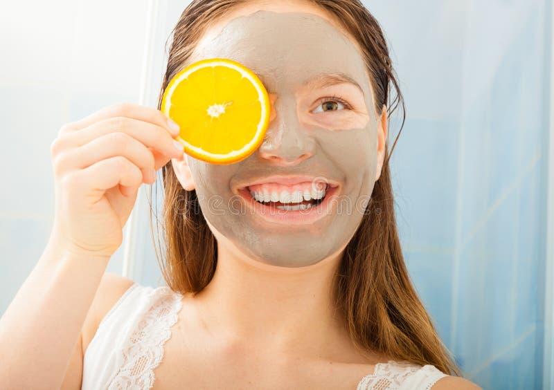 Femme avec le masque de fruit et de boue sur le visage photographie stock libre de droits