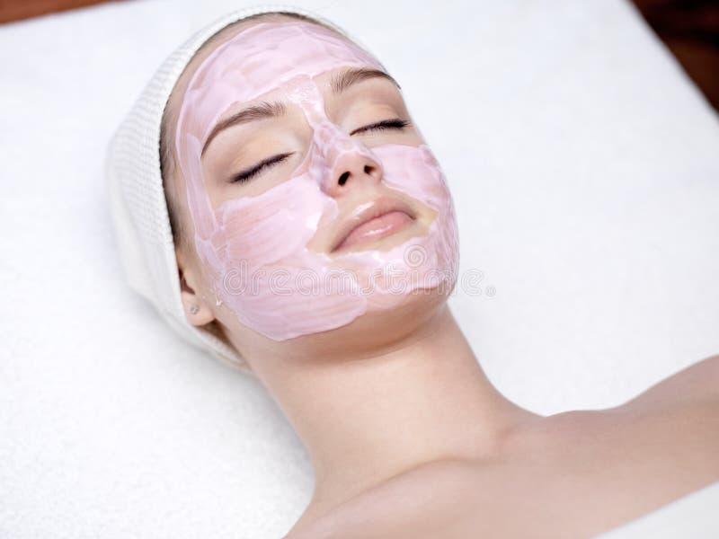 Femme avec le masque facial rose photos libres de droits