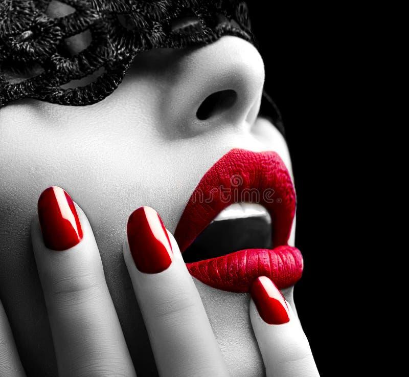 Femme avec le masque noir de dentelle image stock