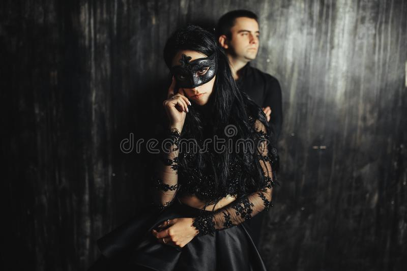 Femme avec le masque théâtral et homme bel photo stock