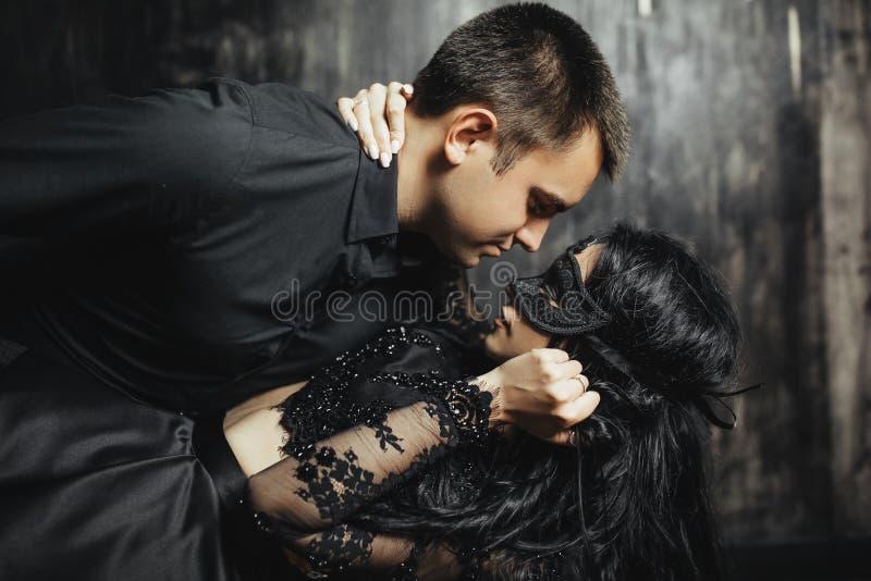 Femme avec le masque théâtral et homme bel photos stock