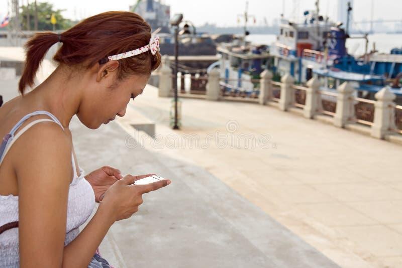 Femme avec le mobile image libre de droits