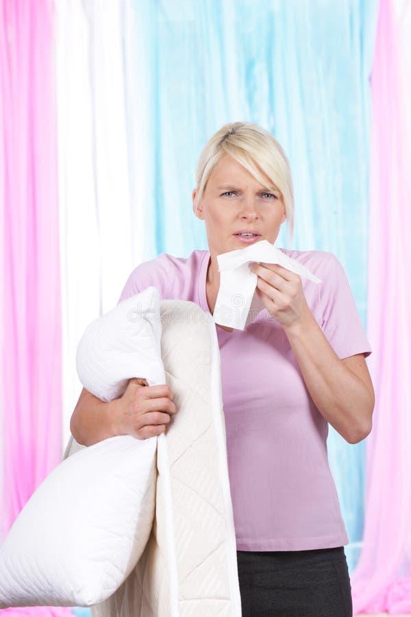 Femme avec le mouchoir et le coussin photographie stock