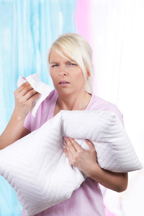 Femme avec le mouchoir et le coussin image stock