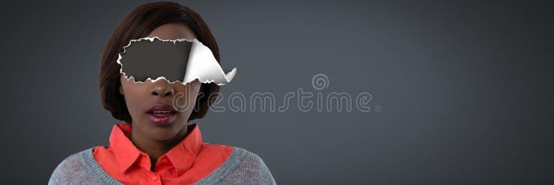 Femme avec le papier déchiré sur des yeux photos stock