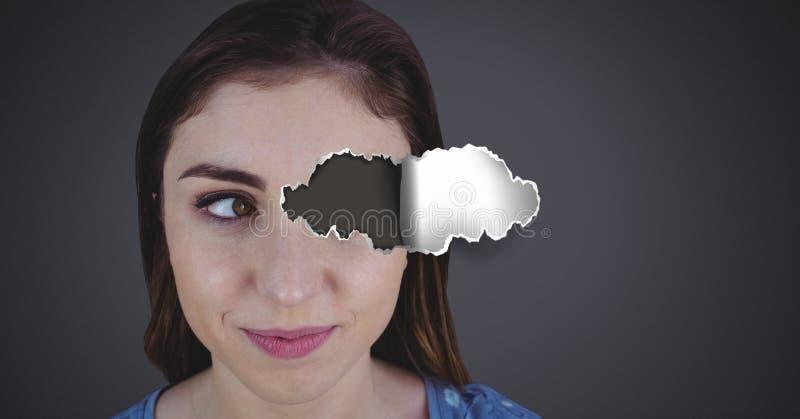 Femme avec le papier déchiré sur l'oeil image stock