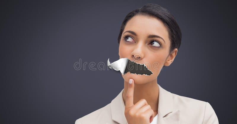 Femme avec le papier déchiré sur la bouche photo libre de droits
