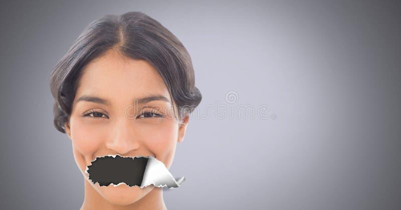 Femme avec le papier déchiré sur la bouche image libre de droits
