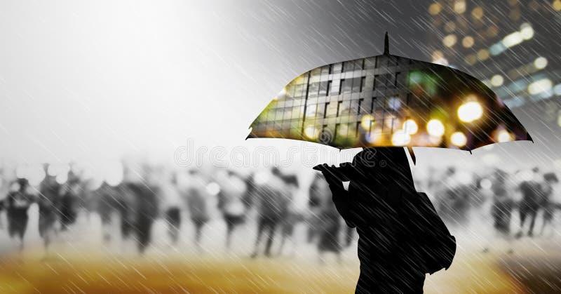 Femme avec le parapluie marchant dans la ville photo libre de droits