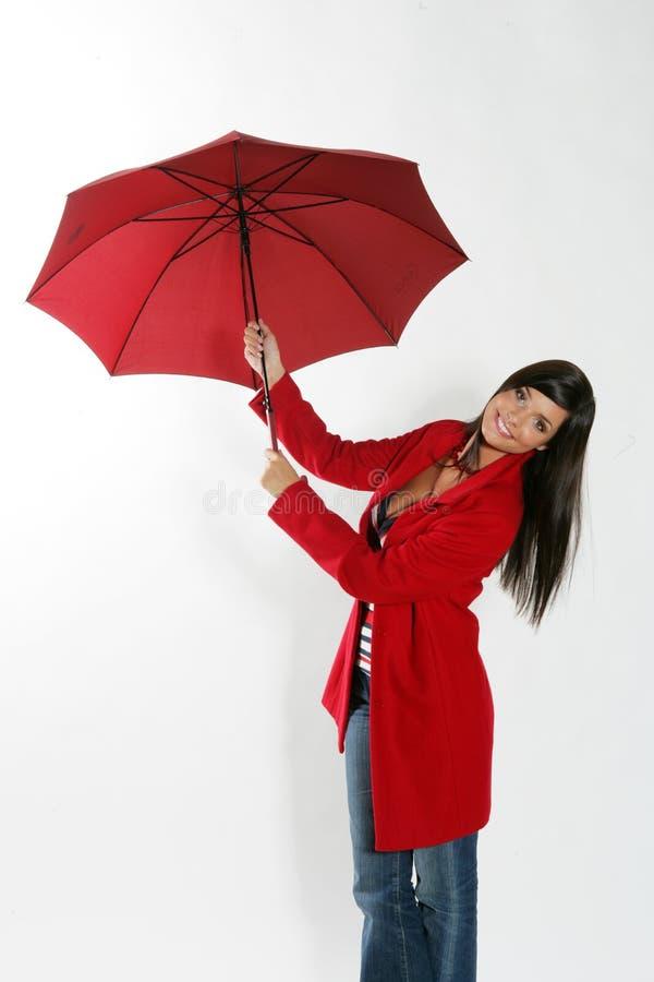 Femme avec le parapluie rouge. photographie stock libre de droits