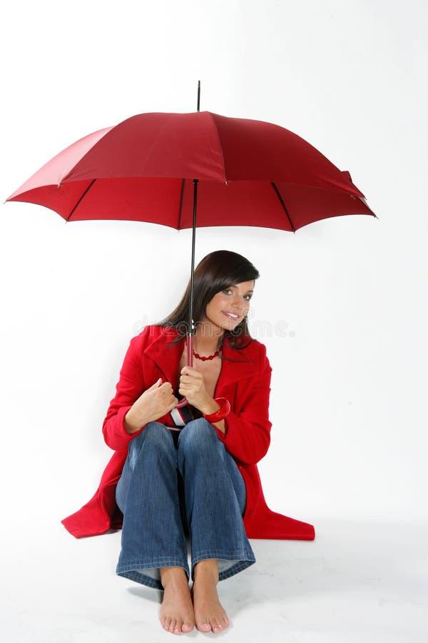 Femme avec le parapluie rouge. photo stock