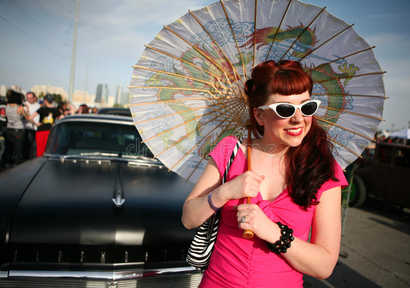 Femme avec le parasol dans le type des années 50 photo libre de droits