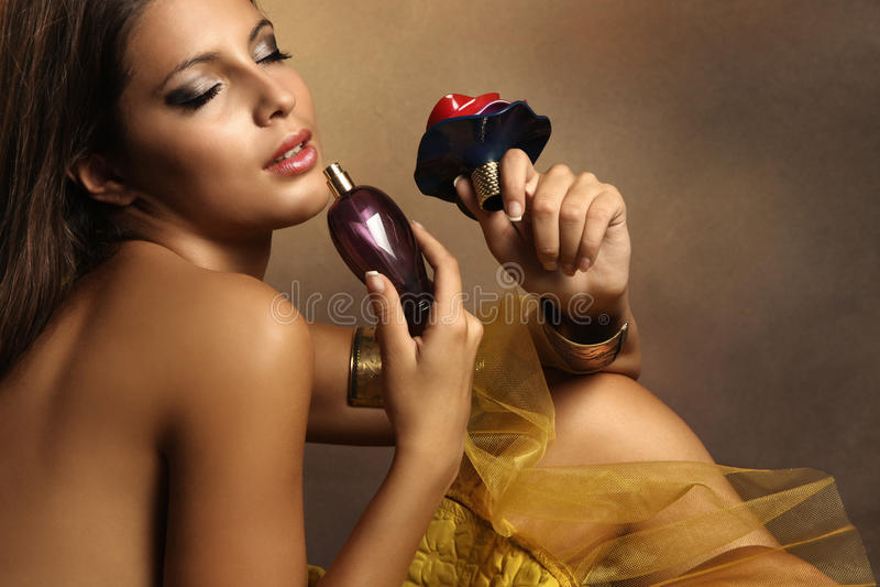 Femme avec le parfum photo libre de droits