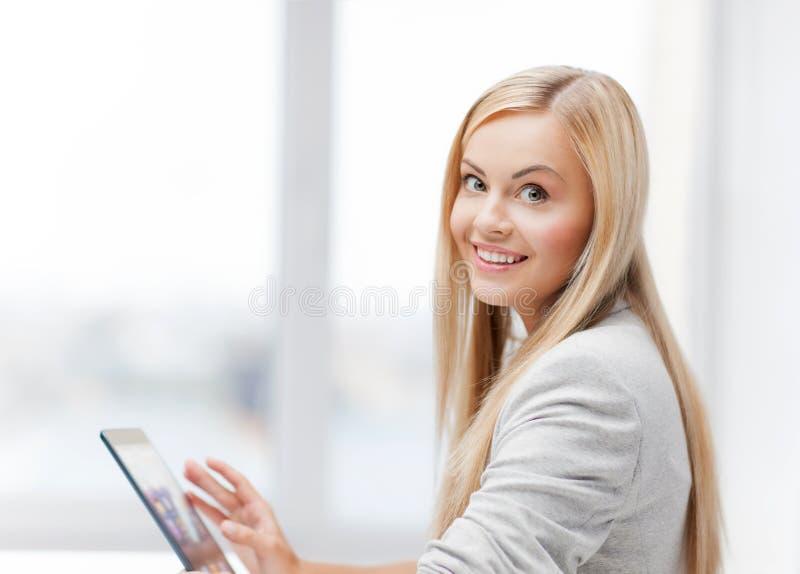 Femme avec le PC de comprimé images stock