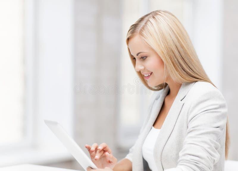 Femme avec le PC de comprimé image stock