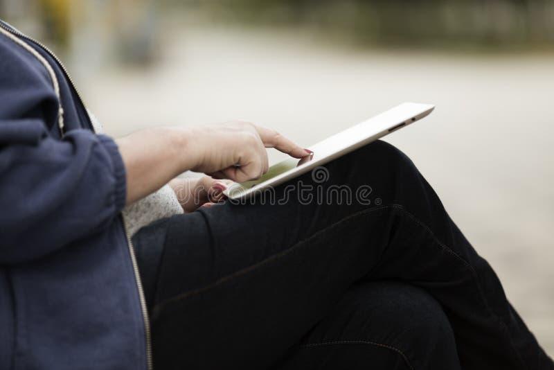 Femme avec le PC de tablette photographie stock
