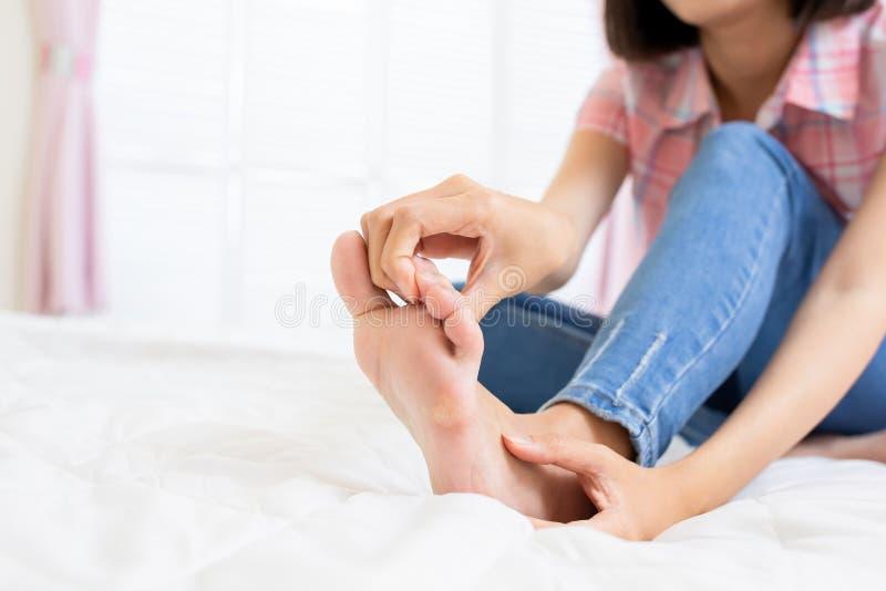 Femme avec le pied d'athl?te images stock