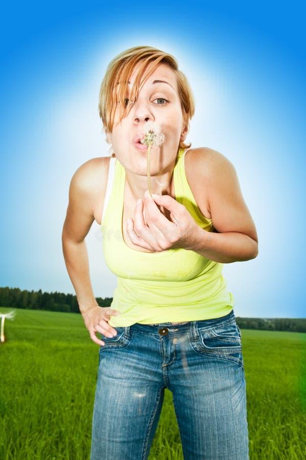 Femme avec le pissenlit photo stock