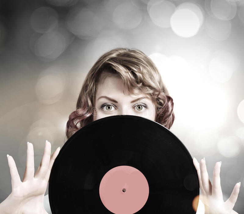 Femme avec le plat de disco photo stock