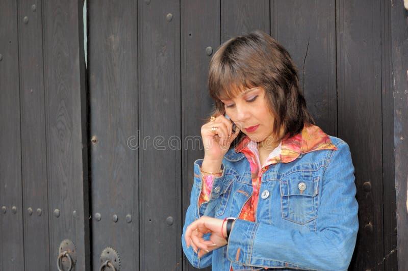 Femme avec le portable photographie stock libre de droits
