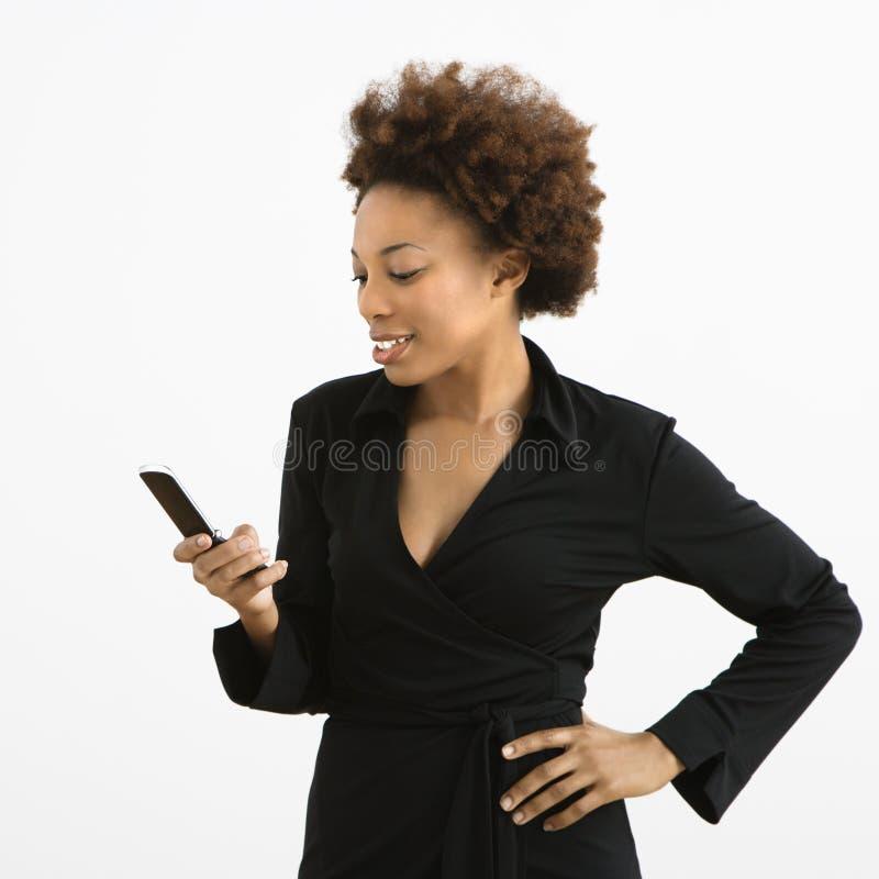 Femme avec le portable image libre de droits