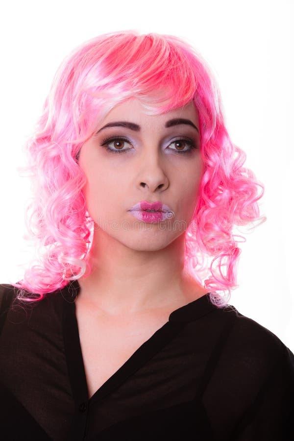 Femme avec le portrait créatif de visage de perruque rose photo libre de droits
