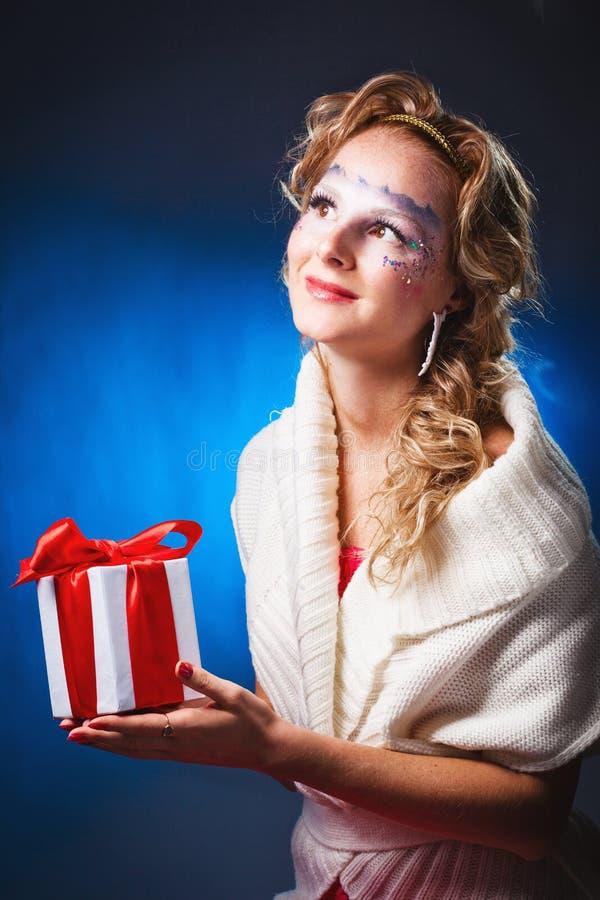 Femme avec le présent photo stock