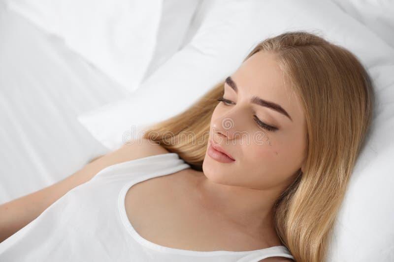 Femme avec le problème de perte de cil se reposant dans le lit photographie stock