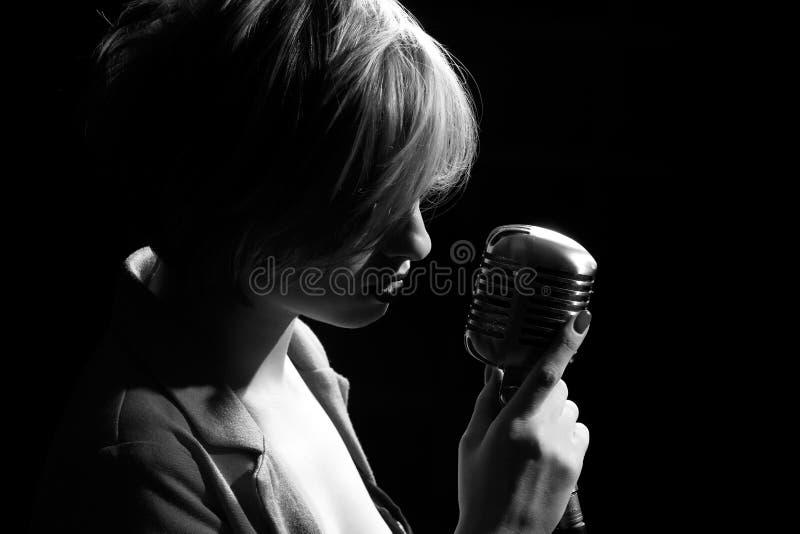 Femme avec le rétro microphone photo libre de droits